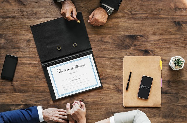 Podpisanie dokumentów rozwodowych na pierwszej rozprawie sądowej