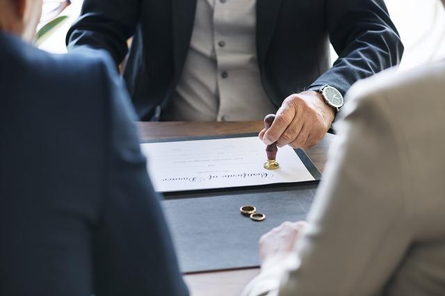 Podpisanie dokumentów rozwodowych po szybkiej rozprawie