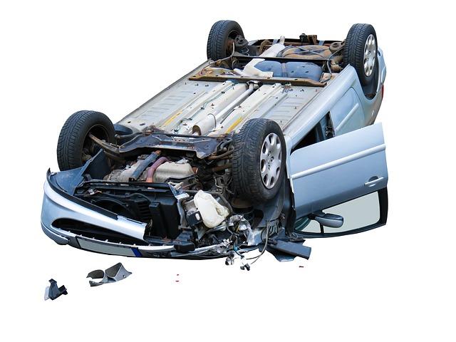 Wypadek komunikacyjny, dachowanie auta marki Peugeot 307