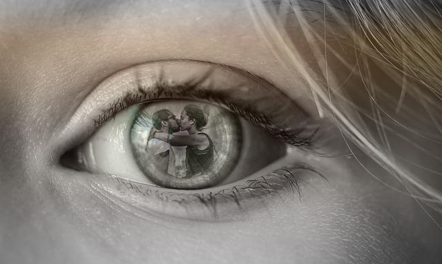 Zdrada małżeńska - odbicie mężczyzny całującego kochankę w oku żony