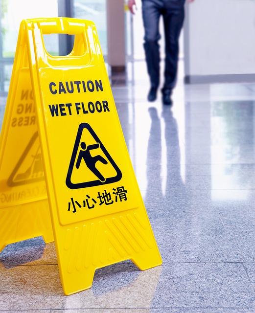 Znak uwaga mokra podłoga